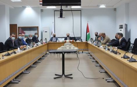 وزير الاقتصاد الوطني يجتمع مع اتحاد الصناعات الغذائية وقطاع صناعة الالبان الفلسطينية